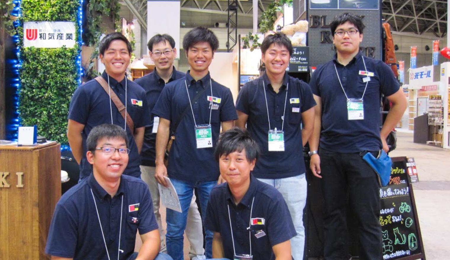 和気産業ブース前で笑顔の社員たち