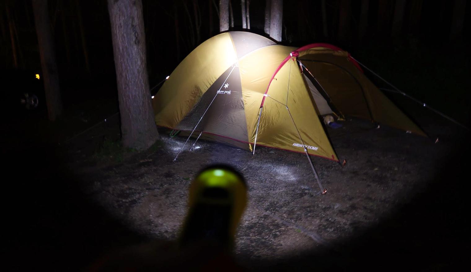 テントを照らす明るいライト