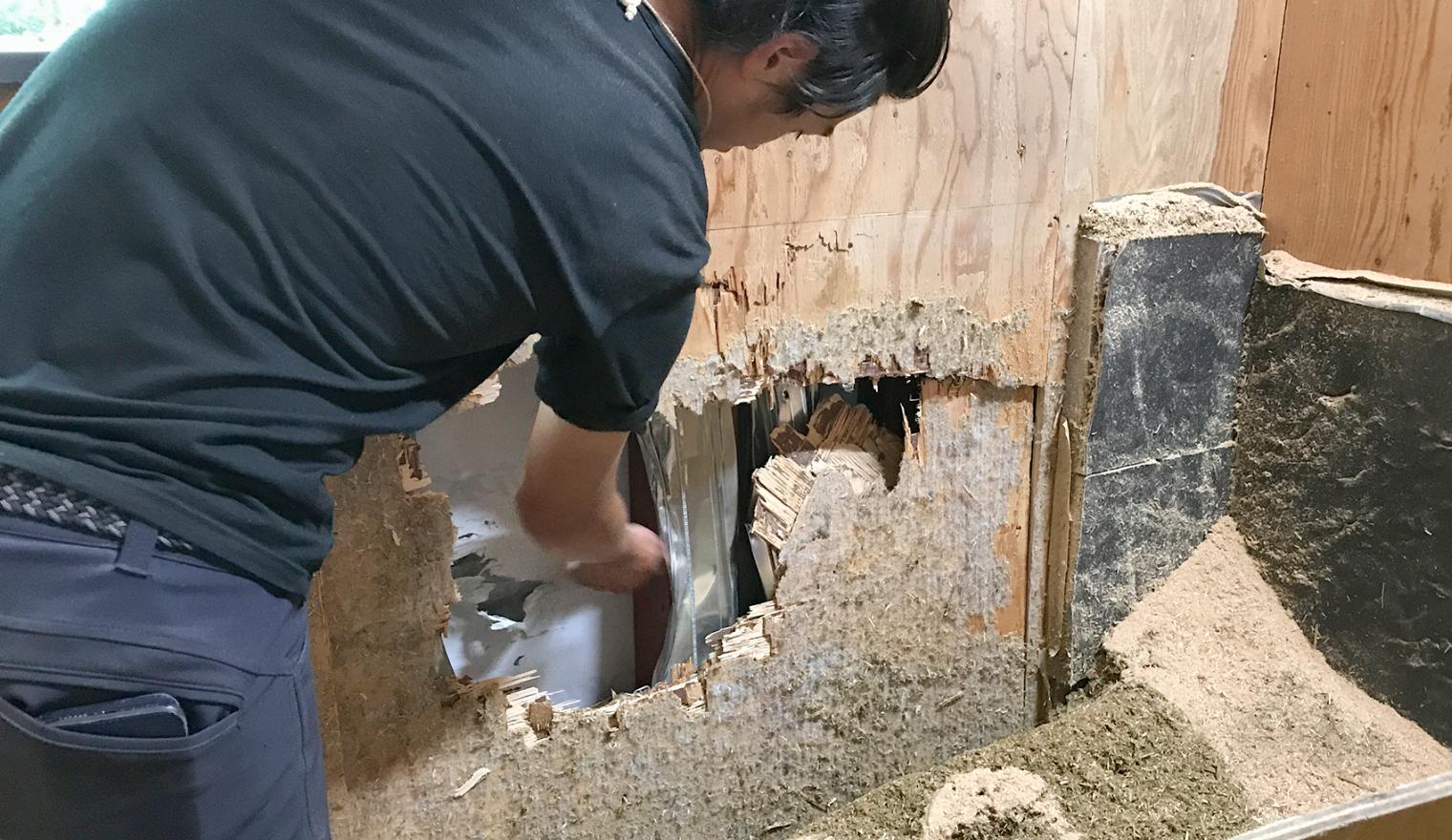 壁に大きな穴が開いている様子