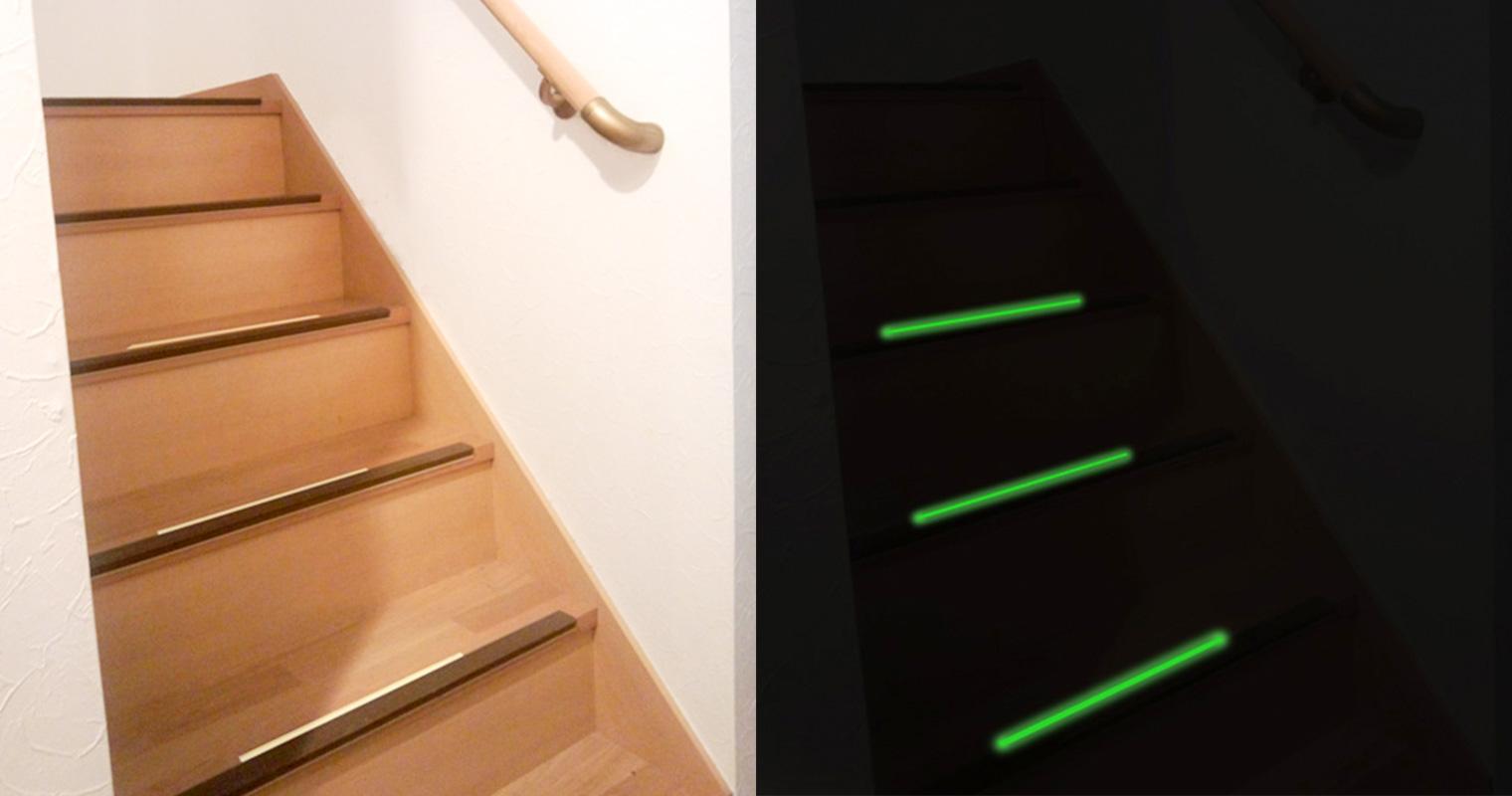 家庭の階段に貼った蓄光テープの明るいときと暗いときを比べた写真