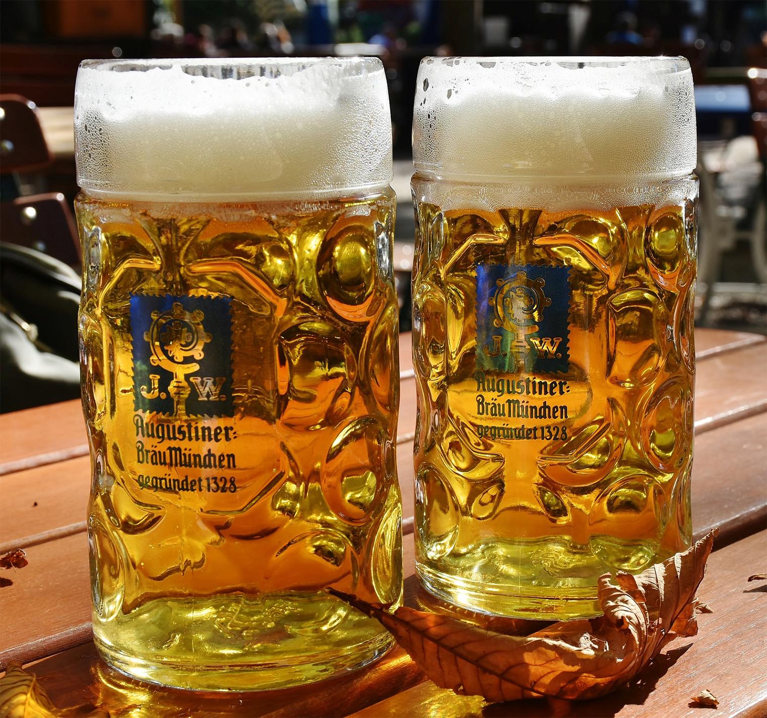 2つのビールジョッキになみなみとビールが入っている様子