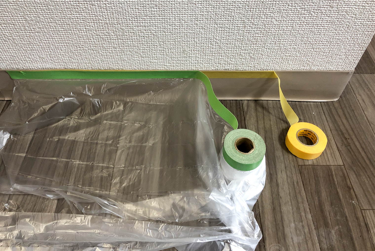 プロはマスキングテープの上にマスカーを使って養生している